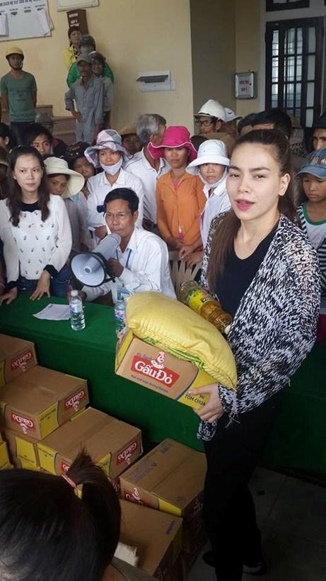 Hồ Ngọc Hà một mình trong chuyến từ thiện thay vì có bố mẹ bên cạnh như chuyến từ thiện trước - Tin sao Viet - Tin tuc sao Viet - Scandal sao Viet - Tin tuc cua Sao - Tin cua Sao
