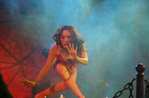 """Thanh Thúy khoe hình ảnh """"nóng bỏng"""" trên sân khấu"""