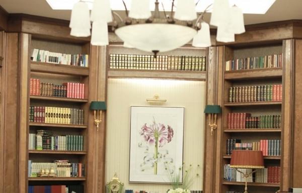 Phòng thư viện được bày trí tinh tế, trang nhã.