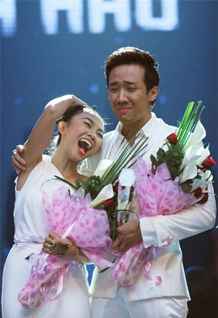 Đoạt giải ở Cặp đôi hoàn hảo cùng với Đoan Trang, trong khi nữ ca sĩ cười rạng rỡthì Trấn Thành rớm nước mắt. - Tin sao Viet - Tin tuc sao Viet - Scandal sao Viet - Tin tuc cua Sao - Tin cua Sao