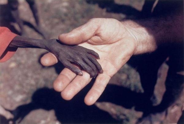 Một cậu bé đói nghèo và bàn tay của nhà truyền giáo