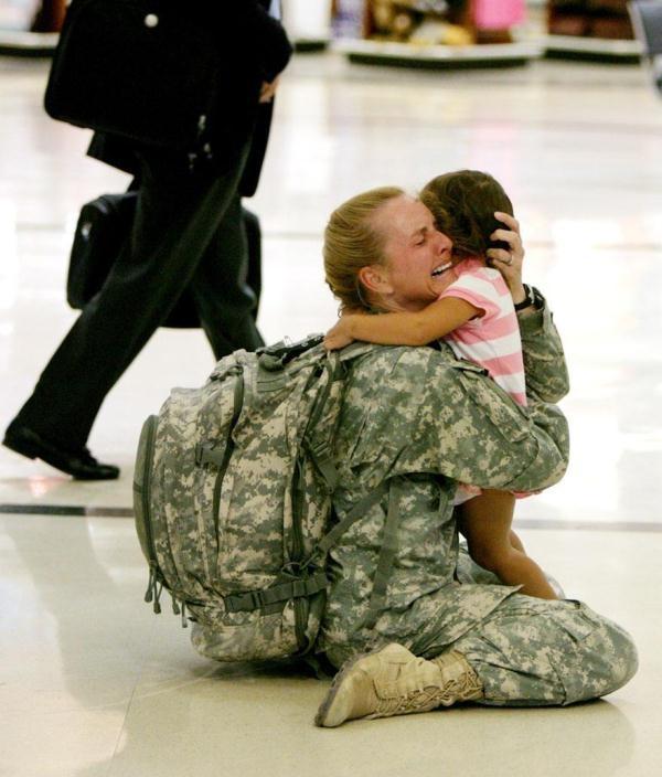 Người lính Terri Gurrola trong ngày đoàn tụ với con gái sau 7 tháng phục vụ tại Iraq
