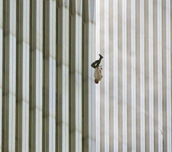 Hình ảnh một người đàn ông rơi từ tòa nhà Trung tâm thương mại thế giới trong sự kiện 11/9 kinh hoàng tại Mỹ.