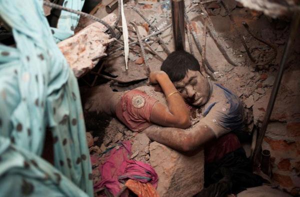 Người đàn ông đã ôm chặt vợ mình để bảo vệ cô ấy trong đống đổ nát của một nhà máy bị sập. Hình ảnh này đã ám ảnh rất nhiều người.