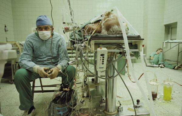 Giây phút sau ca cấy ghép tim kéo dài 23 giờ đầy căng thẳng của bác sĩ phẫu thuật và trợ lý của ông, bên cạnh nạn nhân. Sau mọi nỗ lực cố gắng, ca phẫu thuật đã thành công tốt đẹp.