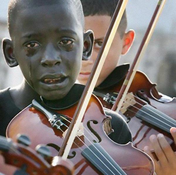 Diego Frazão Torquato, một cậu bé 12 tuổi người Brazil đang chơi violon trong chính lễ tang của thầy mình - người đã giúp cậu thoát khỏi đói nghèo và nạn bạo lực thông qua âm nhạc.