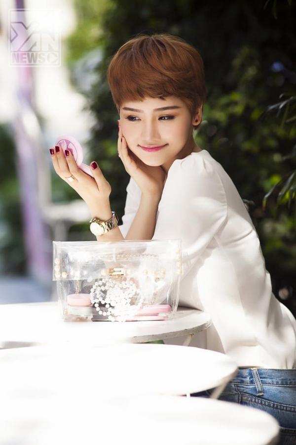 """Sau đó, Miu Lê bất ngờ lấn sân ca hát với những ca khúc đầu tiên như """"Không Gian Vắng"""" và """"Riêng Mình Em""""."""