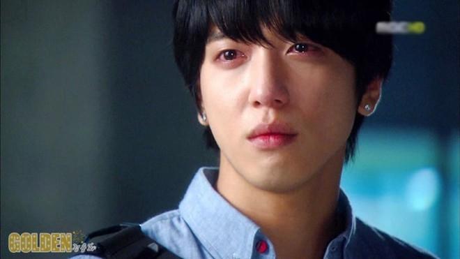 Jung Yong Hwa mắt đỏ hoe trong Heartstrings.