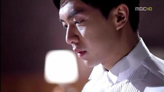 Lee Hyun Woo trầm ngâm trong To The Beautiful You.   Lee Seung Gi rơi lệ trong The King 2 Hearts