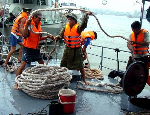 Các bộ đội, chiến sĩ Hải đội 2, Bộ chỉ huy Bộ đội Biên phòng Quảng Ngãi sẵn sàng phương án ứng cứu người dân khi siêu bão đổ bộ. Ảnh: Trí Tín.