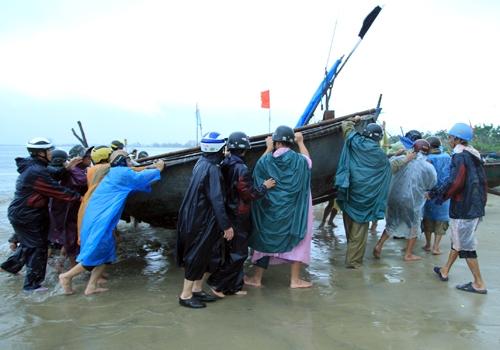 Ngư dân Đà Nẵng đang tập trung đưa thuyền vào nơi an toàn. Ảnh: Văn Đông.