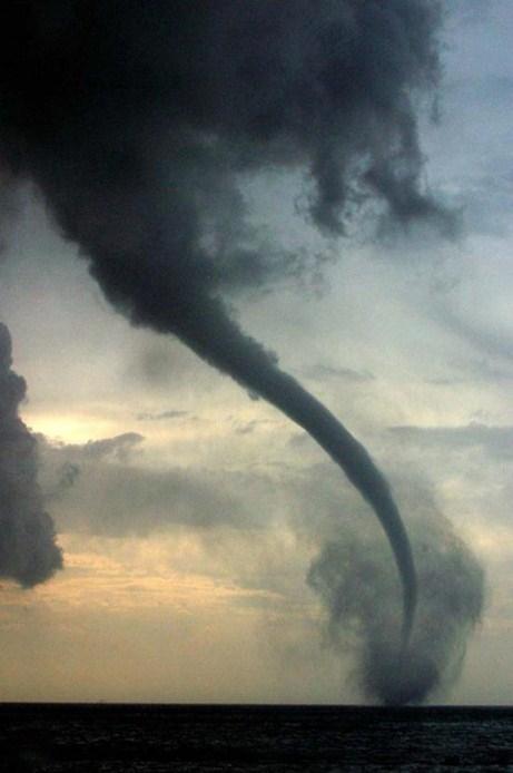 Hoang mang vòi rồng hút nước trước siêu bão Haiyan