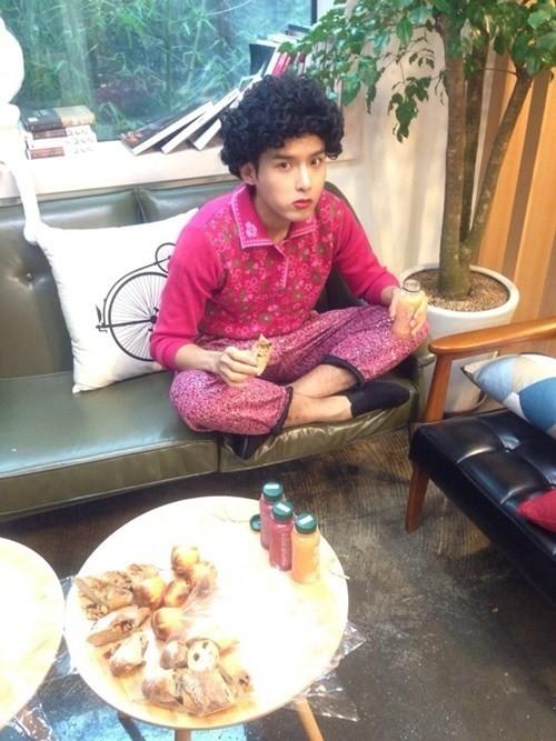 Tóc mỳ tôm đang tranh thủ ăn uống.