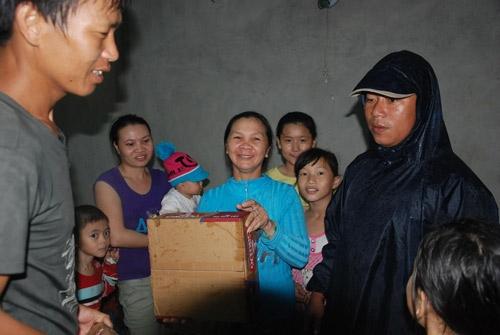 Lãnh đạo địa phương tiếp tế lương thực cho người dân