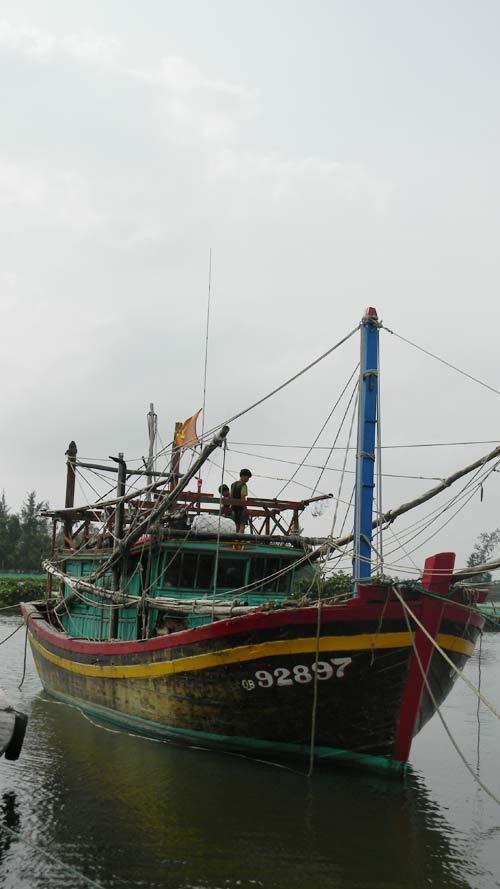 Nhiều ngư dân Quảng Nam đã xuống tàu thuyền nổ máy hút nước mưa trong thuyền ra ngoài.