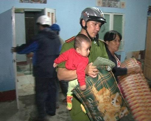 Công an thành phố Huế giúp dân chằng chống nhà cửa và di dời dân trong đêm tránh bão