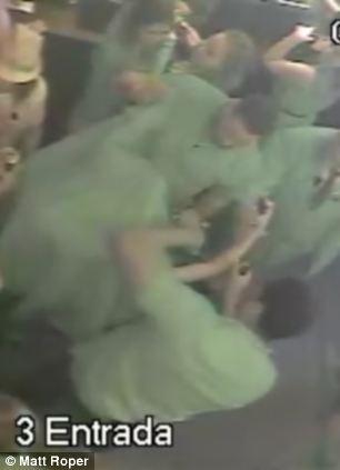 Để Justin Bieber được riêng tư thoải mái mời gái lạ về nhà, các vệ sỹ đã phải dùng chăn che chắn anh trước ống kính của phóng viên và camera của hộp đêm