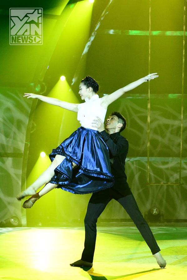 """Với thể loại đương đại cùng đạo cụ là chiếc xích đu lãng mạn, Gia Hân - Hoàng Minh mang tới cho khán giả một chuyện tình bay bổng, ngọt ngào như giai điệu trong bài """"Sugar we are going down"""""""