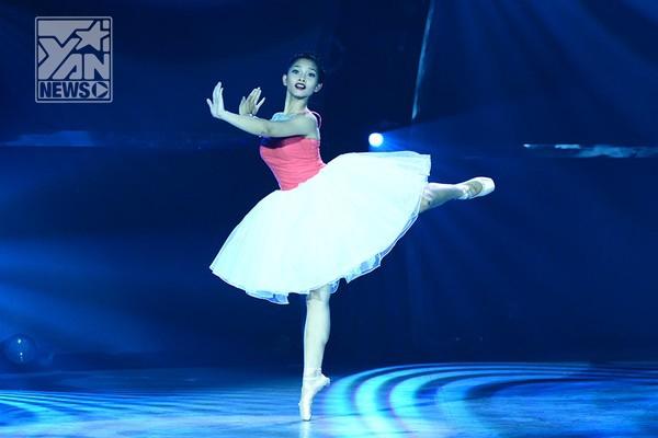 """Ở phần thi solo, Gia Hân đã """"kể"""" cho khán giả nghe câu chuyện về công chúa ballet với những động tác đầy kỹ thuật cũng những vòng xoay liên tục không ngừng."""