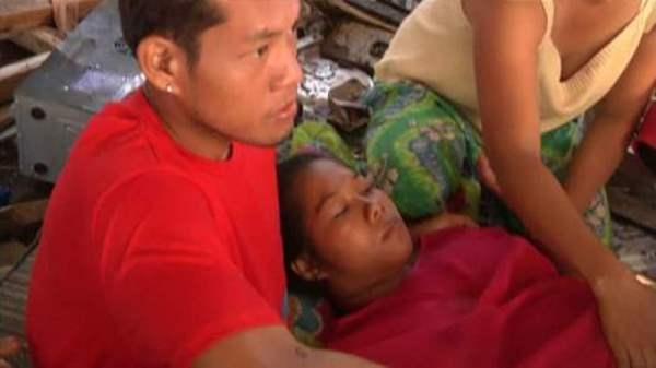 Cô Emily Ortega hạ sinh giữa khung cảnh ngổn ngang tại sân bay Tacloban