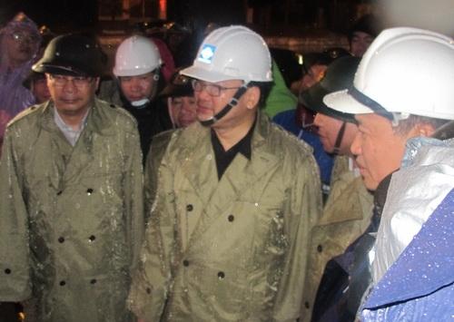 Phó thủ tướng Hoàng Trung Hải (giữa) đi kiểm tra công tác phòng chống bão tại Hải Phòng trong đêm