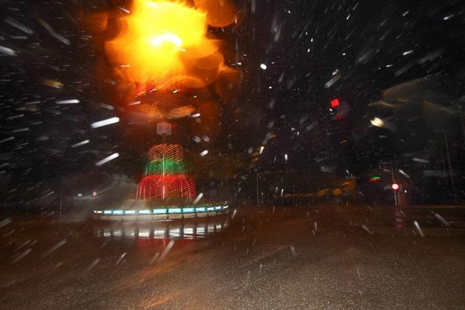 Mưa và gió lớn xuất hiện tại Thành phố Thái Bình, đường phố vắng tanh