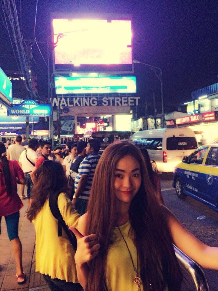 Minh Hằng pose ảnh xì tin trên đất Thái.