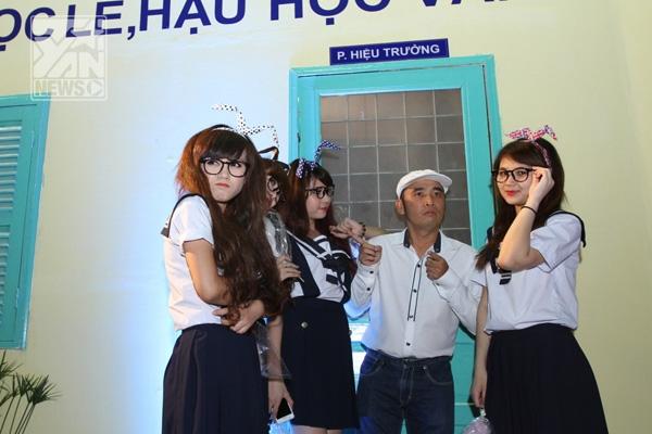 """""""Dàn cảnh"""" dễ thương của đạo diễn Lê Bảo Trung và dàn diễn viên phụ họa đã mang đến tiếng cười thú vị cho khán giả trước giờ chiếu phim. - Tin sao Viet - Tin tuc sao Viet - Scandal sao Viet - Tin tuc cua Sao - Tin cua Sao"""
