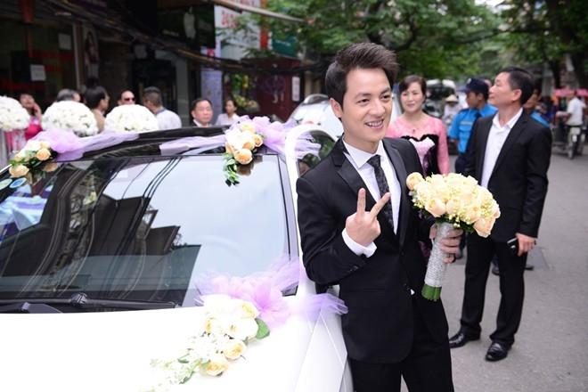 Nam ca sĩ xì tin tạo dáng trước khi lên xe hoa đi đón cô dâu.