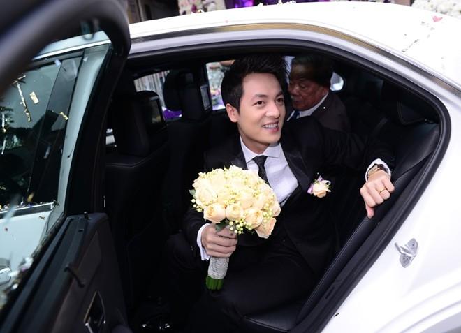 Lần này, Đăng Khôi không tự mình lái xe mà ngồi ở phía sau cùng một người đại diện họ nhà trai. Chú rể đón dâu trên một chiếc Mercedes màu trắng có giá 2,7 tỷ đồng. - Tin sao Viet - Tin tuc sao Viet - Scandal sao Viet - Tin tuc cua Sao - Tin cua Sao