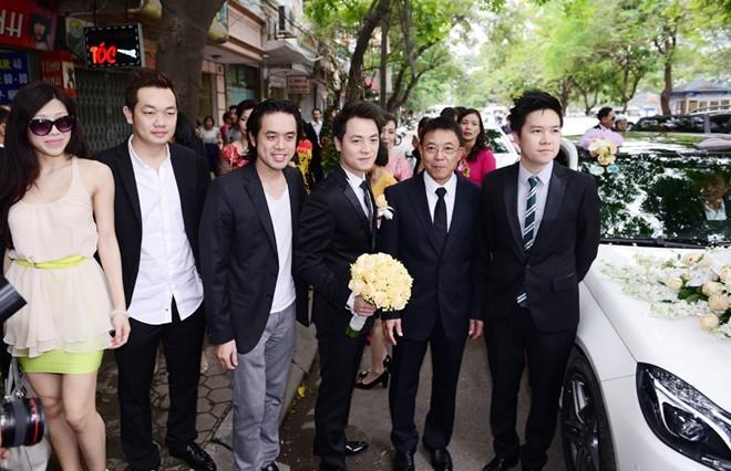 Chính bởi vậy, anh và bạn bè tranh thủ chụp hình trước khi vào nhà làm lễ rước dâu. - Tin sao Viet - Tin tuc sao Viet - Scandal sao Viet - Tin tuc cua Sao - Tin cua Sao