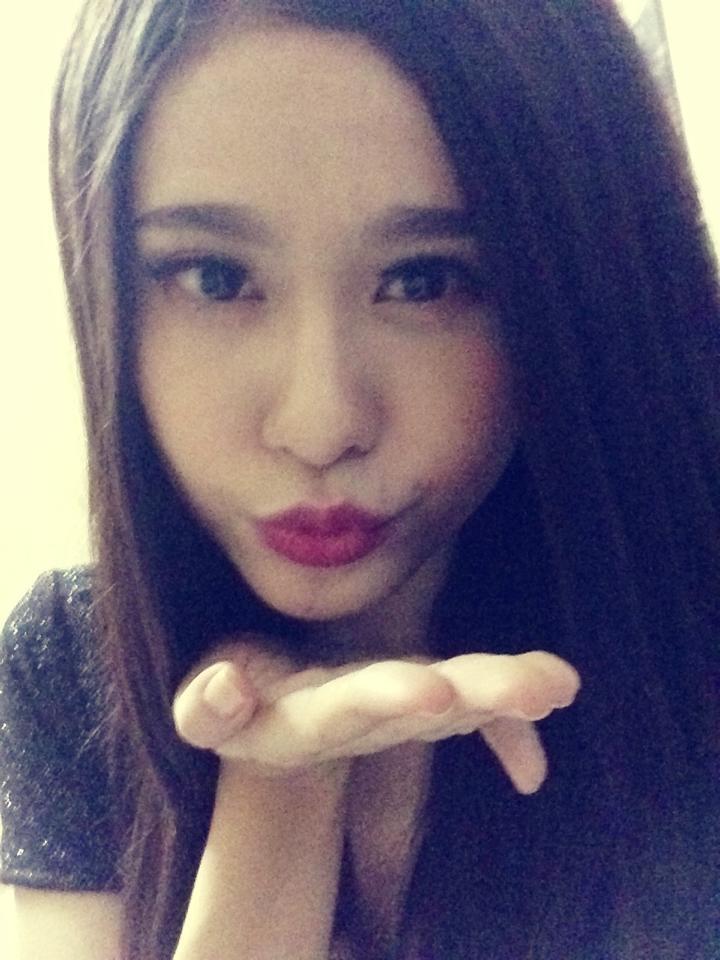 Trương Quỳnh Anh chu mỏ, gởi nụ hôn đến các fan của cô nàng