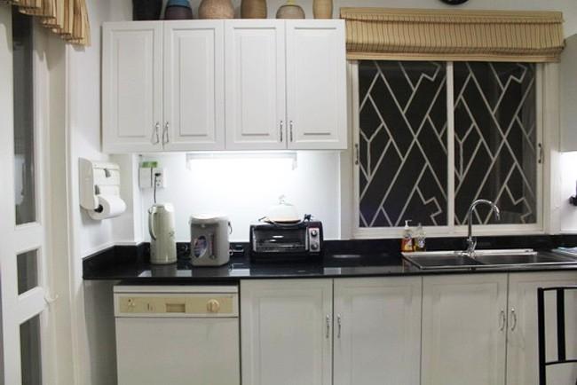 Khu phòng bếp sạch sẽ với tông màu sáng, ngăn nắp và tiện lợi.