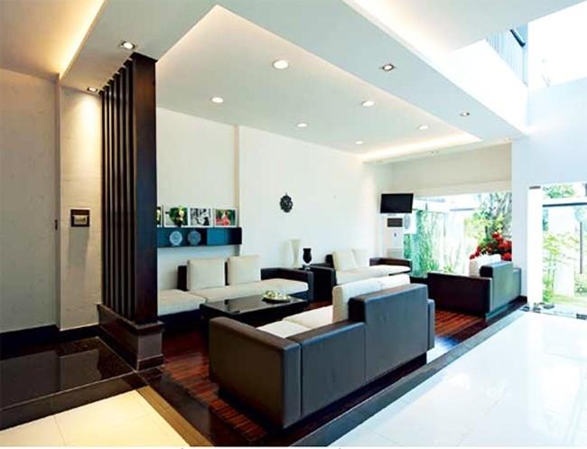Phòng khách được phân chia mặc định bằng cao độ sàn và ánh sáng từ trần.