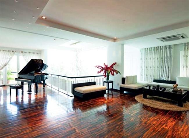 Phòng sinh hoạt chung và cũng là nơi tập đàn của Hồ Ngọc Hà.