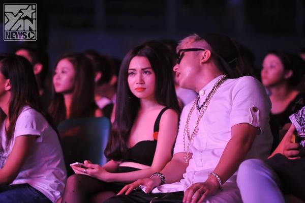 """Sau khi kết thúc 2 ca khúc trình diễn của mình, Yanbi ra hàng ghế khán giả và ngồi cạnh Sĩ Thanh     Cả hai có vẻ khá thân thiết.     Yanbi """"mở đường"""" dẫn Sĩ Thanh ra khỏi chương trình       Cả hai đến quán ăn cùng vài người bạn         Liên tục """"chụp ảnh"""" cùng nhau và có những cử chỉ thân mật, khiển nhiều người nghĩ rằng Sĩ Thanh là """"người tiếp theo"""" của Yanbi sau mẫu Tây Andrea. Được biết, cô bạn gái cũ của Yanbi vừa về Hà Nội vào 14/11, sáng cùng ngày Yanbi đã có mặt tại Tp.HCM và xuất hiện cùng VJ Sĩ Thanh. - Tin sao Viet - Tin tuc sao Viet - Scandal sao Viet - Tin tuc cua Sao - Tin cua Sao"""