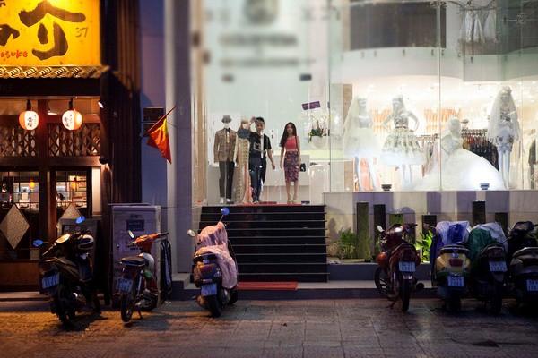 Chiều tối ngày 15/11, sau khi gây bão trong cộng động người hâm mộ bởi thông tin đang bí mật hẹn hò, Yanbi và Sĩ Thanh bất ngờ cùng xuất hiện tại một showroom thời trang cưới rất lớn ở TP.HCM.