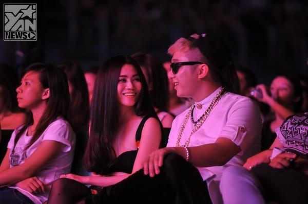 Cô lặng lẽ ngồi ở phía hàng ghế khán giả để cổ vũ bạn trai tin đồn từ buổi tập cho tới đêm diễn chính thức.