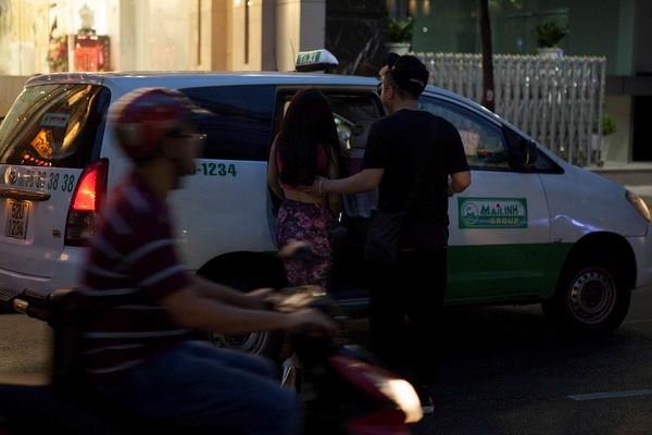 Tối 15/11, kịch bản cũng lặp lại tương tự như đêm trước đó. Rời tiệm áo cưới, Yanbi luôn nắm chặt tay và che chở giúp Sĩ Thanh sang đường cẩn thận. Sau đó họ cùng lên một chiếc taxi về nhà Sĩ Thanh.