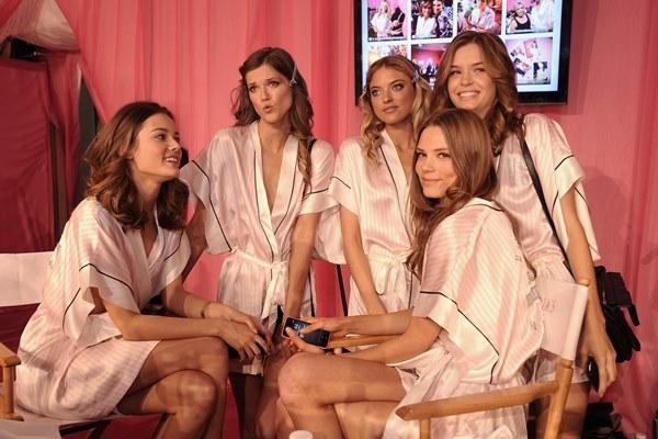 Ngắm hậu trường nóng bỏng của Victoria's Secret Show 2013