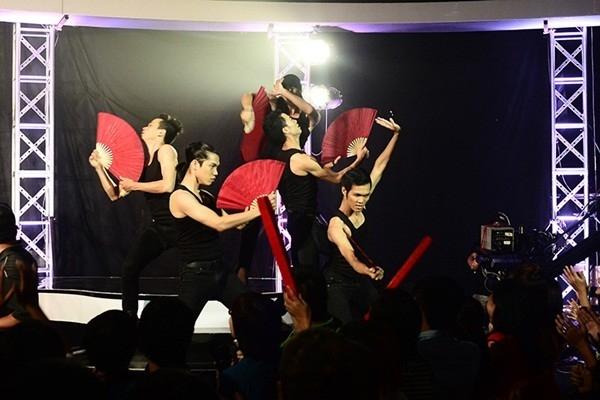 Top 20 mùa thứ nhất và thứ hai đã có dịp hội ngộ lần đầu tiên trên sâu khấu. Thái Sơn, Minh Hiền, Thế Chung, Tư Duy, Ngọc Tuấn và Lâm Vinh Hải múa quạt điêu luyện trong tiết mục TTCBN Revolution
