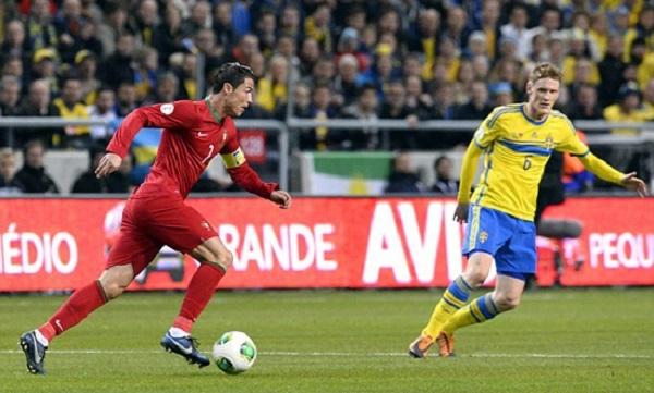 Ronaldo (trái) bứt phá trước sự đeo bám của hậu vệ Thụy Điển