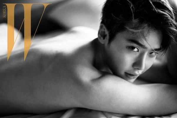 Lee Jong Suk khoe thân hình hoàn hảo trên tạp chí Hàn