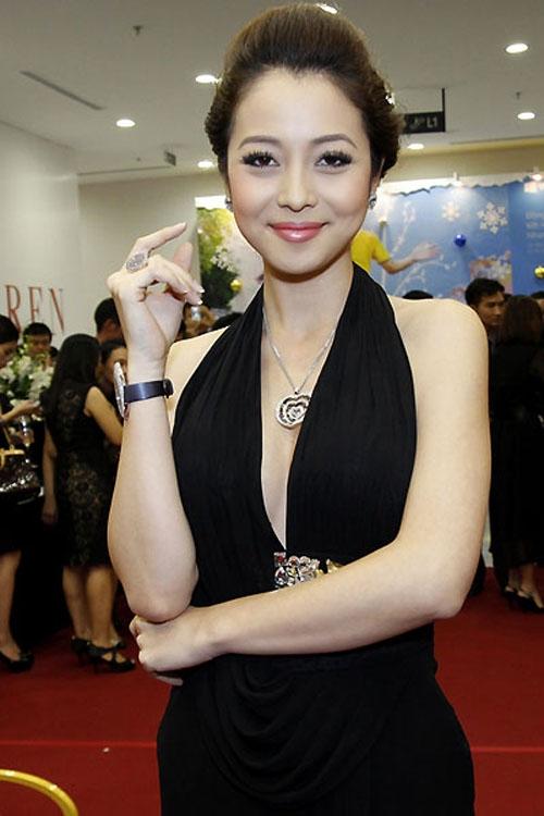 Đầm ôm dáng khoe vòng 1 căng tròn, eo thon là trang phục yêu thích củaJennifer Phạm - Tin sao Viet - Tin tuc sao Viet - Scandal sao Viet - Tin tuc cua Sao - Tin cua Sao