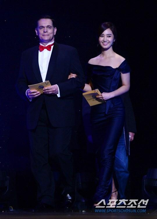 Yuri (SNSD) cực xinh đẹp trong đêm trao giải Rồng Xanh 2013