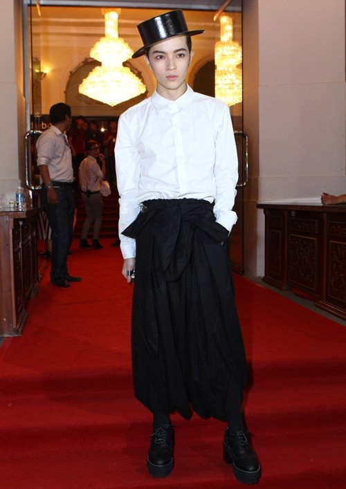Keibin Lei là một trong những người tiên phong xu hướng unisex trong giới trẻ. Mặc dù cách phối đồ của anh chưa thực sự chuẩn mực song nó khá ấn tượng và đi đúng tiêu chí của thời trang unisex - Tin sao Viet - Tin tuc sao Viet - Scandal sao Viet - Tin tuc cua Sao - Tin cua Sao