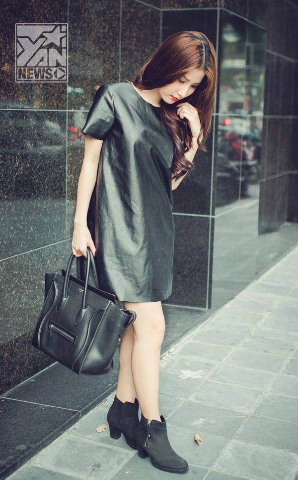 """Đơn giản nhưng vẫn không kém phần cá tính         Trong trang phục sắc đen huyền bí, Diễm My 9x vẫn không bị """"già hơn so với tuổi"""", trông cô vẫn rất thu hút, quyến rũ.   Trang phục có """"hơi hướm"""" công sở, Diễm My phối hợp cùng giày cao gót đinh và dây đeo cổ trông cá tính vẫn rất năng động mà vẫn giữ được sự thanh lịch."""