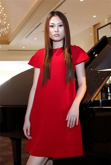 Mai Giang quán quân Việt Nam Next Top Model năm 2012 trang điểm khá nhợt nhạt. Thiếu đi sự ngọt ngào cho ngày lễ.