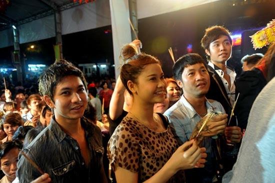 Hình ảnh Tim đưa Trương Quỳnh Anh đi lễ chùa - Tin sao Viet - Tin tuc sao Viet - Scandal sao Viet - Tin tuc cua Sao - Tin cua Sao