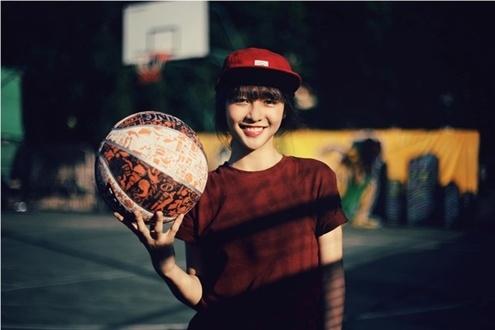 Khả Ngân được lòng các teen vì phong cách thể thao khỏe khoắn và lối trang điểm nhẹ nhàng, tự nhiên.